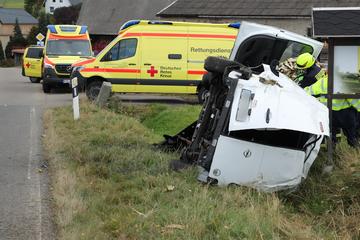 Überholmanöver geht schief: Unfallfahrer flieht und hinterlässt zwei Schwerverletzte!