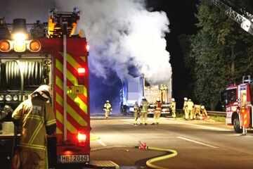 Unfall A1: Stundenlange Sperrung! Brennender Lastwagen legt Verkehr auf der A1 lahm