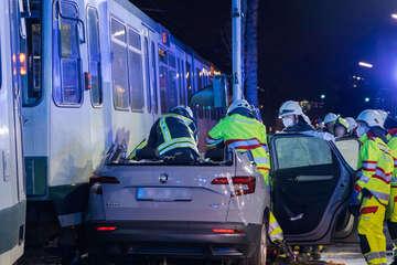 Straßenbahn prallt in Skoda: Drei Menschen nach Unfall verletzt