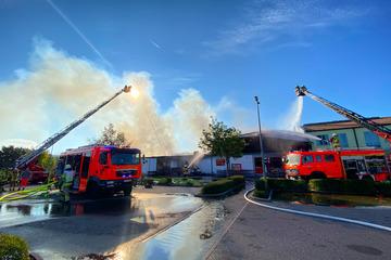 Penny brennt lichterloh: Zahlreiche Einsatzkräfte kämpfen gegen Großbrand in Supermarkt