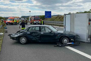Unfall A73: Fahrerflucht nach Unfall: Jaguar kracht in Kleintransporter und Porsche