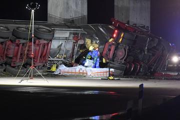 Tanklaster kracht gegen Leitplanke: A1 nach Vollsperrung wieder frei, Fahrer schwer verletzt