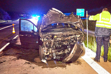 Unfall A17: Heftiger Auffahrunfall auf der A17: Fahrer steht unter Drogen und kracht gegen Anhänger