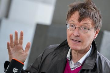 Mit Handy am Ohr hinterm Steuer: Zeugin ertappt Karl Lauterbach bei Verkehrssünde