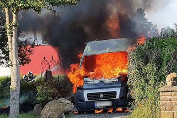 Wohnmobil in Flammen: Zwei Menschen müssen ins Krankenhaus
