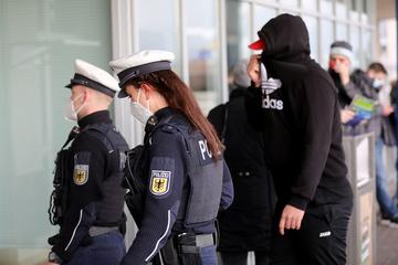 Keine Maske im Bahnhof auf: 27-Jähriger spuckt auf Polizisten!