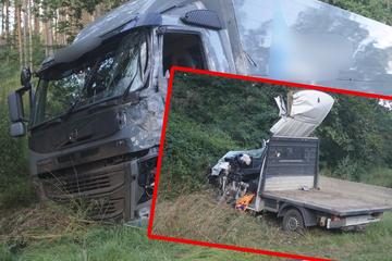 Transporter kollidiert beim Überholen mit Lkw: Fahrer (27) schwerst verletzt