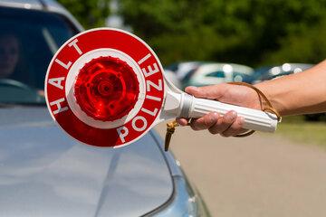 Tempo 140 mit VW Golf: Raser tischt Polizisten dreiste Lüge auf