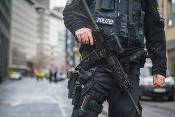 "Er schrie ""I kill you"": Messer-Mann stürmt auf Polizisten zu, dann fallen Schüsse"