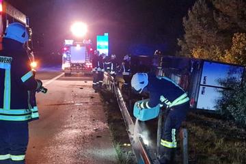 Unfall A9: Glück im Unglück: Fahrer kann sich aus umgekipptem Transporter selbst befreien