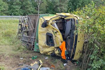 Unfall A: Lkw kommt von Autobahn ab und überschlägt sich mehrfach!