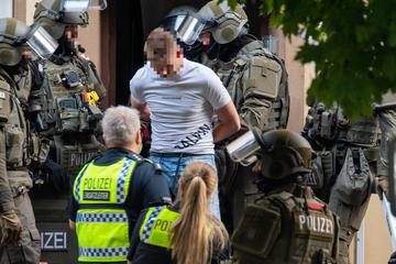 SEK stürmt Drogen-Wohnung: Verdächtige springen aus Fenster