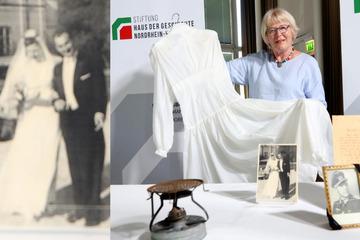Spezielle Schätze: Brautkleid aus Fallschirmseide und Stahlhelm-Siebe für das Haus der Geschichte