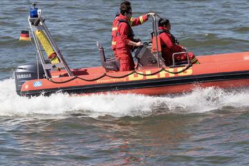 Großer Rettungs-Einsatz auf dem Rhein: Ruderer klammerten sich an gekentertem Boot fest