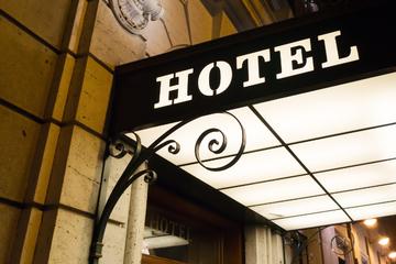 Schock im Hotelzimmer: Mann bedroht fremdes Paar mit Pistole!