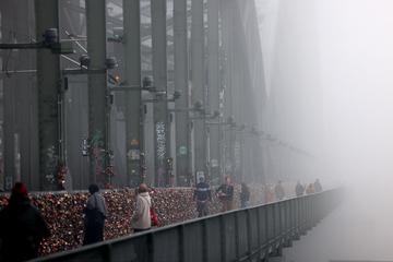 Dichter Nebel über Köln: Darum tritt das Wetter-Phänomen besonders stark am Rhein auf