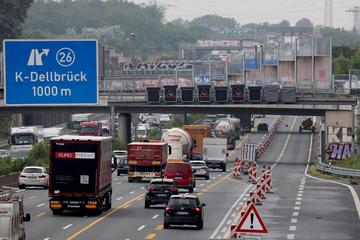 Unfall A3: Stau-Gefahr bleibt: Spur auf A3 in Köln trotz fertiger Baustelle weiter gesperrt