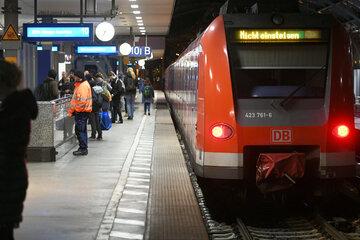 Schock-Moment in Köln: Betrunkener fällt gegen Zug und wird mitgezogen