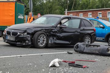 Stoppschild missachtet! BMW-Fahrer kracht mit Subaru zusammen