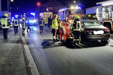 Mutter will ihr Kind in Klinik bringen: Plötzlich rast Auto in den Krankenwagen