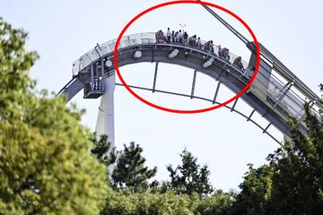 Albtraum in luftiger Höhe: Achterbahn bleibt stehen, Fahrgäste stecken fest