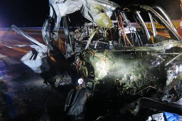 Unfall A1: Betrunkener Fahrer kracht mit Transporter in Lkw und wird schwer verletzt