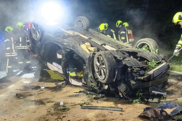 Vollsperrung im Erzgebirge nach schwerem Unfall, Fahrer muss rausgeschnitten werden