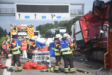 Unfall A6: A6 gesperrt: Mehrere Lkw in Unfall verwickelt, 47-Jähriger stirbt