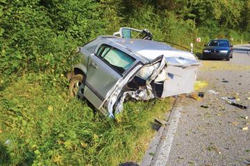 Auto wird bei grausamem Unfall in zwei Teile gerissen: 18-Jähriger stirbt