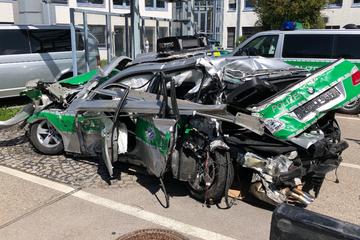 Unfall A99: Polizeiauto komplett zerstört: Lkw-Fahrer kracht in Unfall-Absicherung!