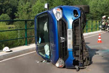 Fliege führt zu Unfall im Erzgebirge: Dacia landet auf der Seite
