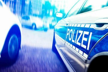 München: Zwei Verletzte, mehrere Autos beschädigt: Flucht mit Transporter endet in Sackgasse