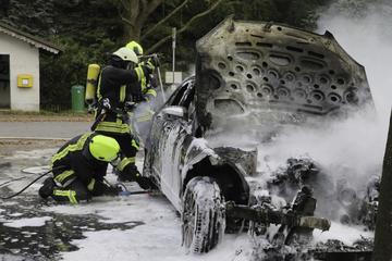 Erneut Flammen im Erzgebirge: Mercedes brennt völlig aus