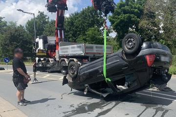 Auto rutscht nach Unfall über Kopf in Fluss: Fahrerin beinahe ertrunken