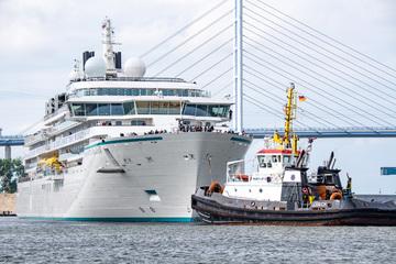 """Zwei Helikopter und ein Mini-U-Boot: Expeditionsschiff """"Crystal Endeavor"""" verlässt Werft"""