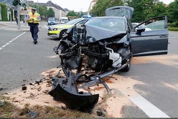 Schwerer Unfall in Chemnitz: Seat-Fahrer im Krankenhaus