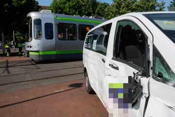 Vier Kinder verletzt! Schulbus missachtet Warnsignale und kracht in Straßenbahn