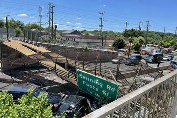 Fußgängerbrücke kollabiert über Autobahn: Fahrzeuge von Trümmern getroffen
