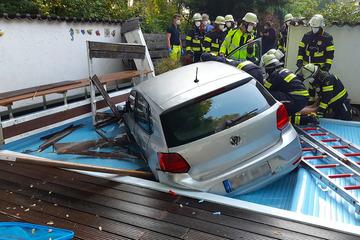 München: Schreck in München: VW durchbricht Mauer und landet mitten im Pool!
