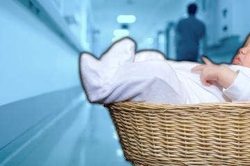 Patientin macht traurigen Fund: Unterkühltes Baby hilflos vor Krankenhaus ausgesetzt