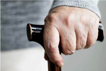 Während Überfall: Seniorin (89) schlägt mit Gehstock auf Räuber ein