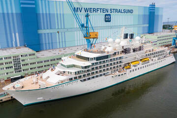 Nach knapp drei Jahren Bauzeit: Expeditions-Kreuzfahrtschiff verlässt Stralsund