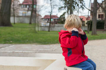 Kleinkind (5) sitzt weinend am Gehweg: Anderer Junge wird zum Helden