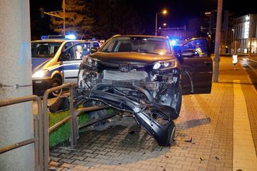 Crash im Chemnitzer Zentrum: Honda knallt auf Geländer