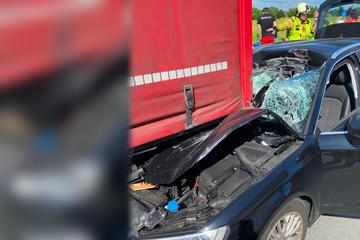 Unfall A14: Heftiger Unfall auf A14: Audi rauscht unter Lkw, Fahrer hat enormes Glück