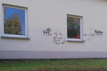 Hakenkreuze an Feuerwehr-Gerätehaus gesprüht: Anwohner schockiert