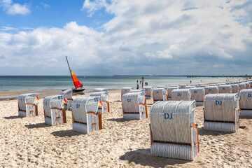 Mann bleibt mit seinem mächtigen Gefährt an FKK-Strand im Sand stecken