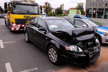 Radler fährt über rote Ampel und verursacht schweren Auffahrunfall in Dresden