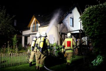 Flammen lodern im Carport eines Einfamilienhauses: 70 Einsatzkräfte vor Ort