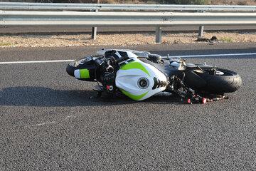 Waren Drogen im Spiel? Führerscheinloser Motorradfahrer (25) baut schweren Unfall